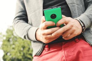 Mann zockt per Smartphone im Online Casino